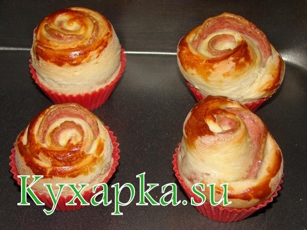 Розочки из дрожжевого теста и колбасы