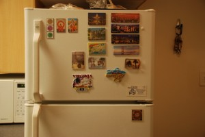 Ну и не без любимой коллекции магнитов на холодильнике. Особенно горжусь йоговскими магнитами, их 4. Украина там тоже висит. А среди остальных - Нью Йорк, Бостон, Балтимор, Сан Франциско, Вашингтон ДС, Тампа, п