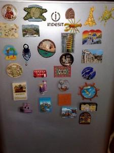 Уникальная коллекция магнитов на холодильнике! Учитесь! :)