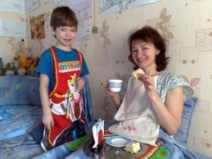 Завтрак в постель маме 8 Марта от мужчин в фартуках