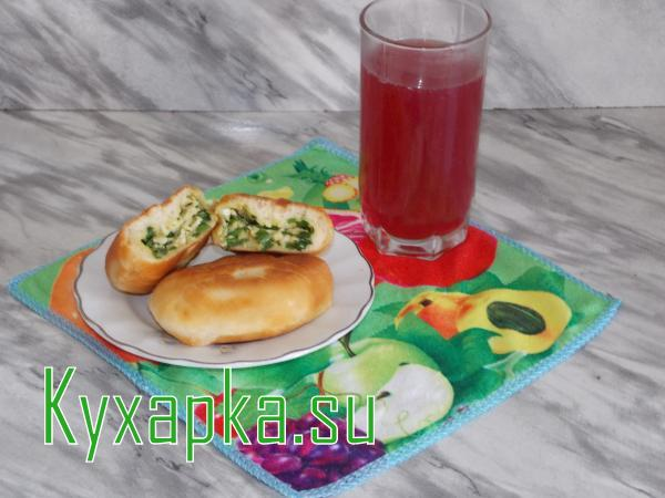 Пирожки с яйцом и зеленым луком с киселем