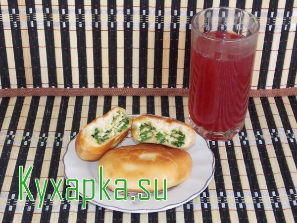 Пирожки с яйцом и зеленым луком с компотом