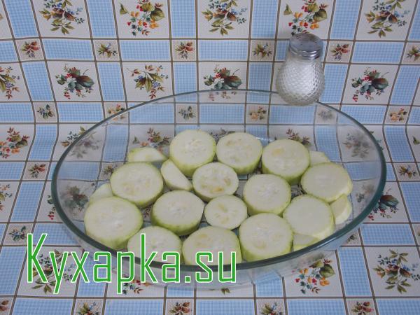 Кабачки с овощами в духовке