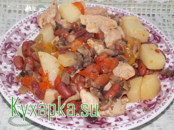 Мясо с фасолью и грибами в горшочке