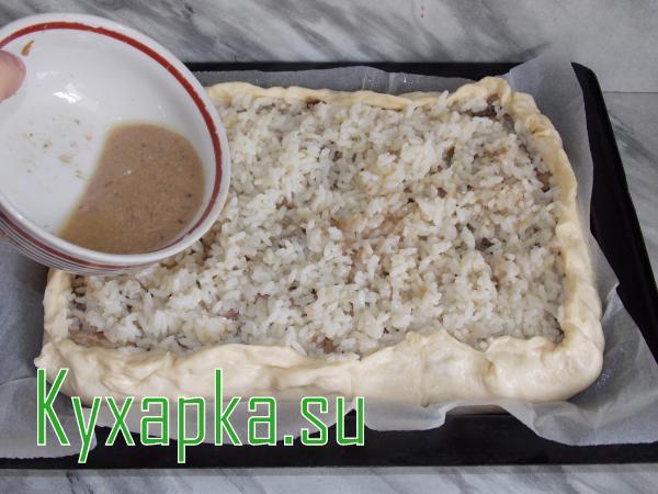 Пирог с рыбными консервами и рисом