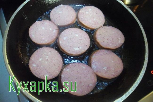 Ужин для мужа: картофельное пюре, жареная колбаска и овощной салатик