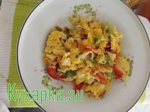Яичница с капустой и помидорами
