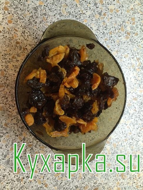 Заливной пирог из чернослива с курагой