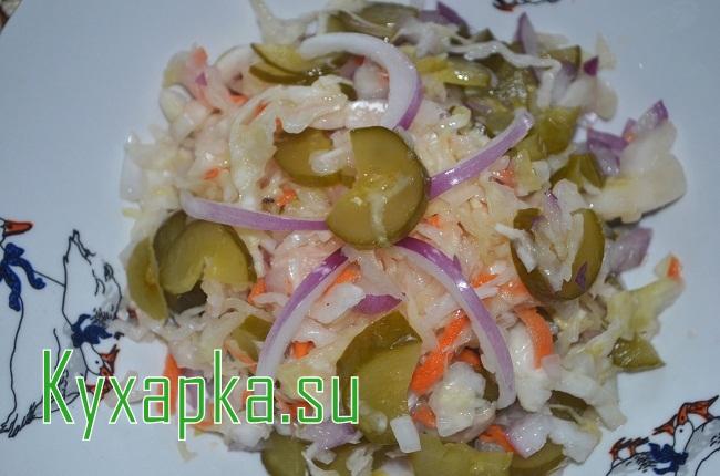 простой салат из квашеной капусты и соленых огурцов на Kyxapka.su